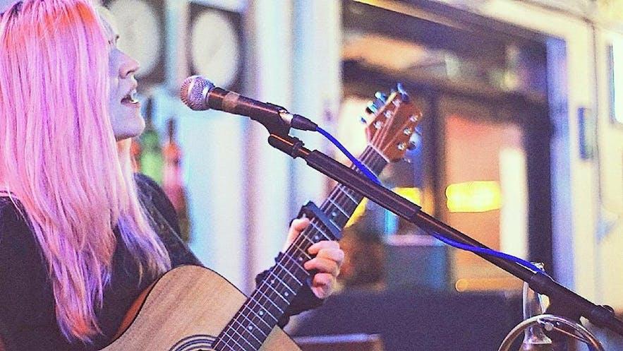Con la reciente incorporación de las noches de Singer Songwriter a la agenda, organizada por el artista islandés Dilicus, Gaukurinn seguirá siendo un centro de creatividad y talento para el espectáculo.