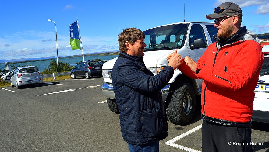 Regína's husband doing magic tricks for the tour guide