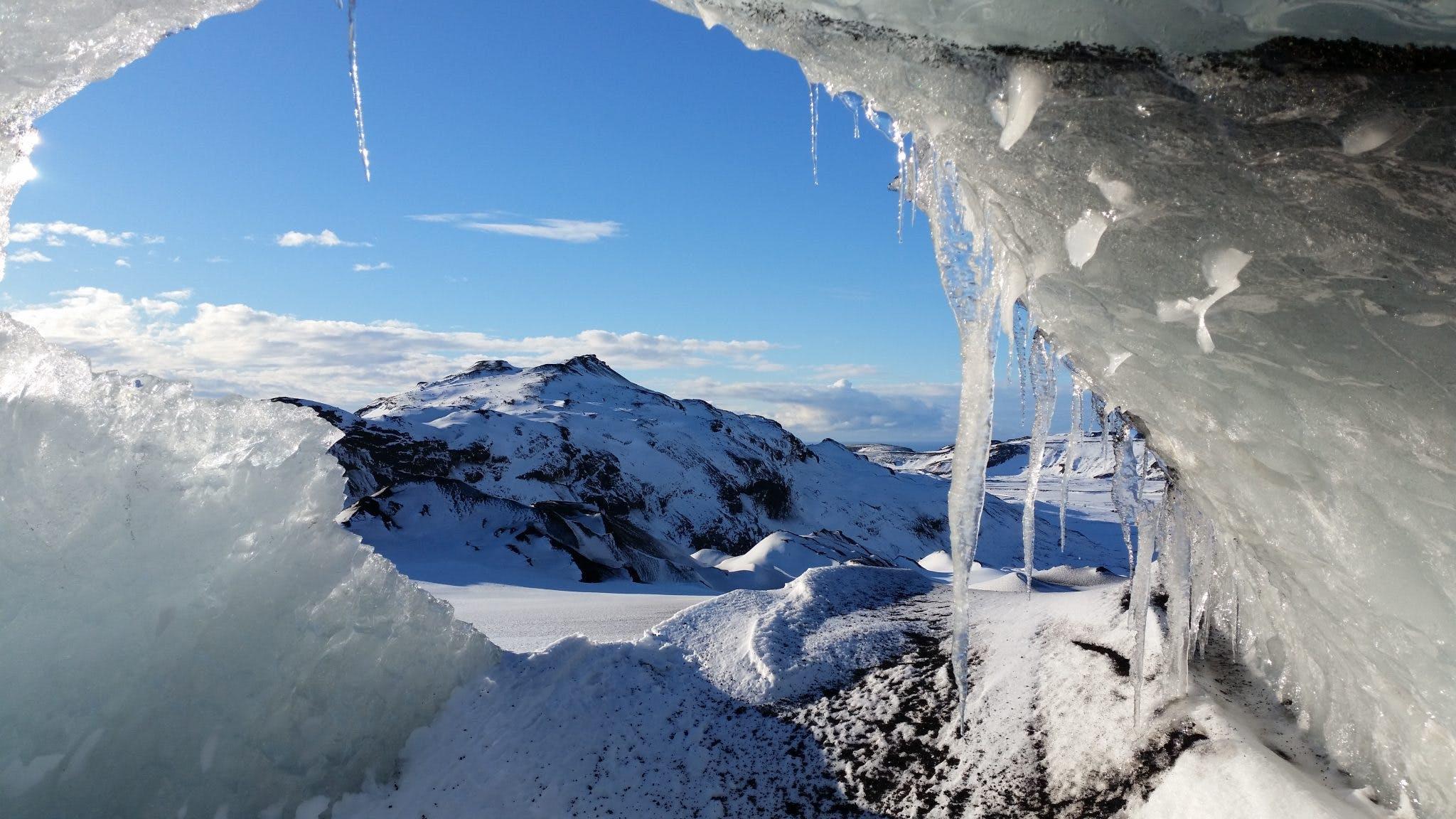 探索冰岛南岸的神奇天然冰洞