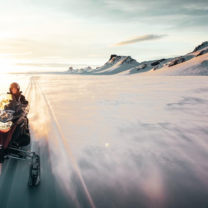 在午夜阳光中体验冰岛户外探险运动的刺激。