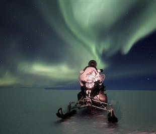 現地発|スノーモービルに乗って氷河の上からオーロラ観賞!