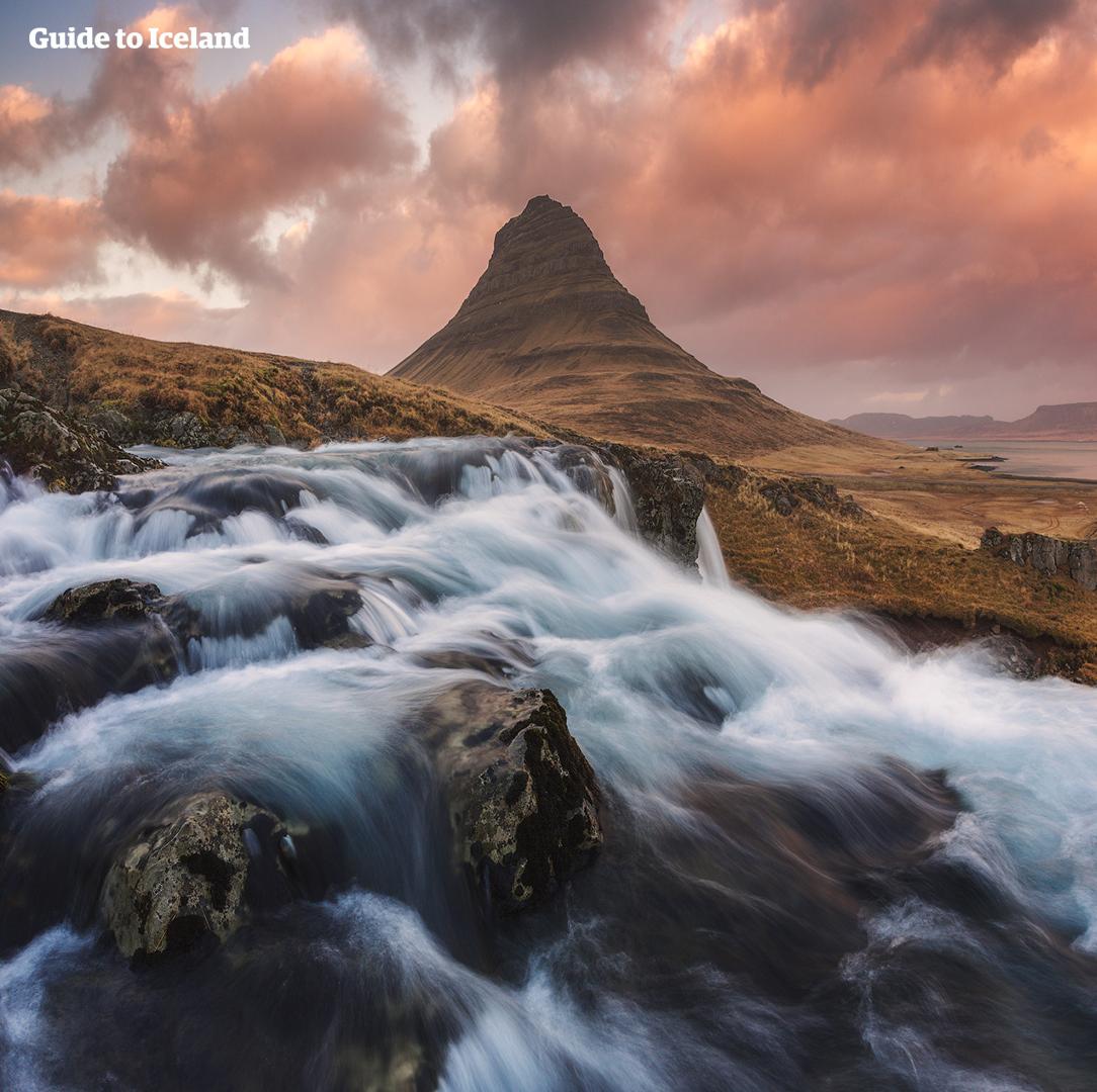 Faites un tour de la péninsule de Snæfellsnes et visitez une multitude de lieux comme la plage noire de Djúpalónssandur et la montagne Kirkjufell.