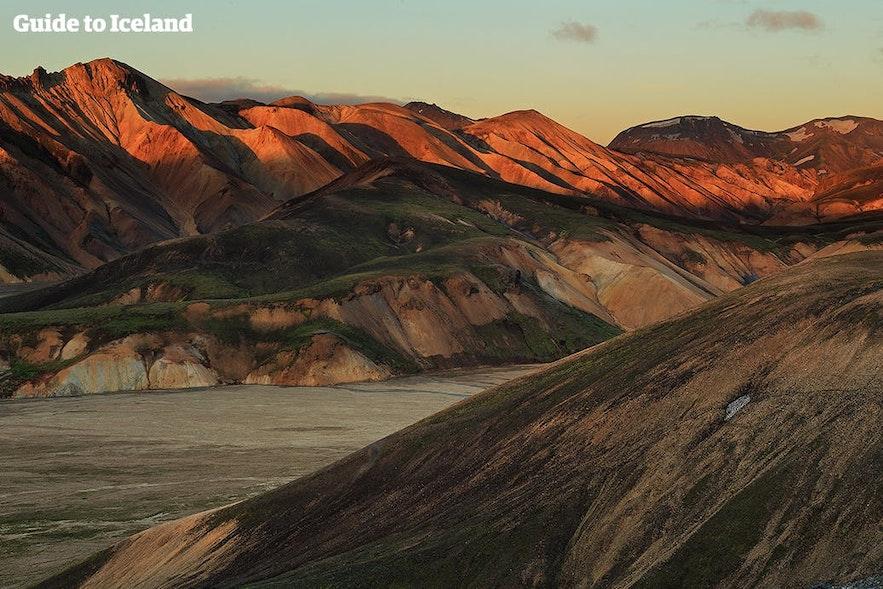 Góry Landmannalaugar latem, zmieniające się kolory w trakcie białych nocy
