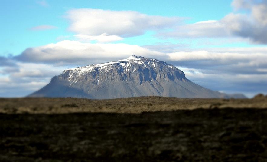 Herðubreið to góra o płaskim szczycie otoczona przez pole lawowe.