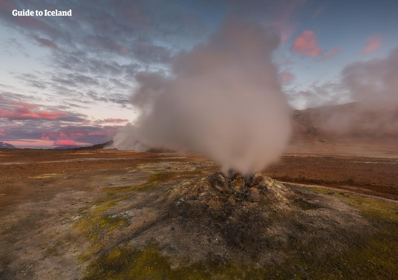 북부 아이슬란드 미바튼 호수 주위로 나마스카르드 패스가 하얀 연기를 뿜어내며 신비한 분위기를 연출합니다.