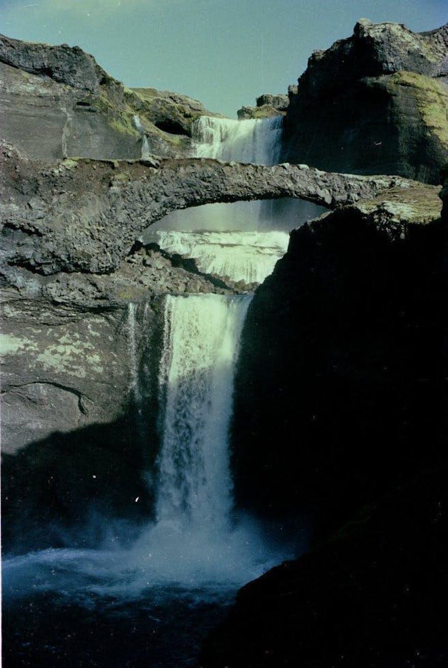 1984년 다리 모양의 암석과 함께 찍힌 오파이뤼포스 폭포