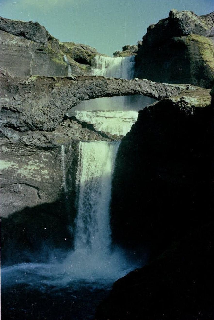 Wodospad Ófærufoss z mostem skalnym. Zdjęcie z 1984 r.