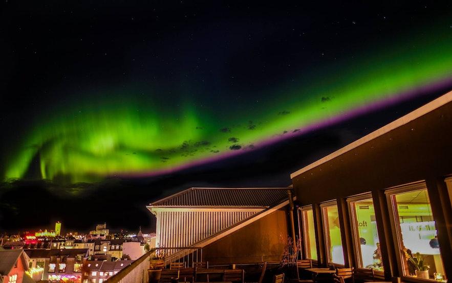 Zorza polarna nad Loft Hostel