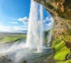 Bestaune den Wasserfall Seljalandsfoss bevor es zur Schneemobil-Fahrt geht.