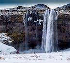 Besuche die schönsten Attraktionen der Südküste Islands vor dem Schneemobilfahren auf einem Gletscher.
