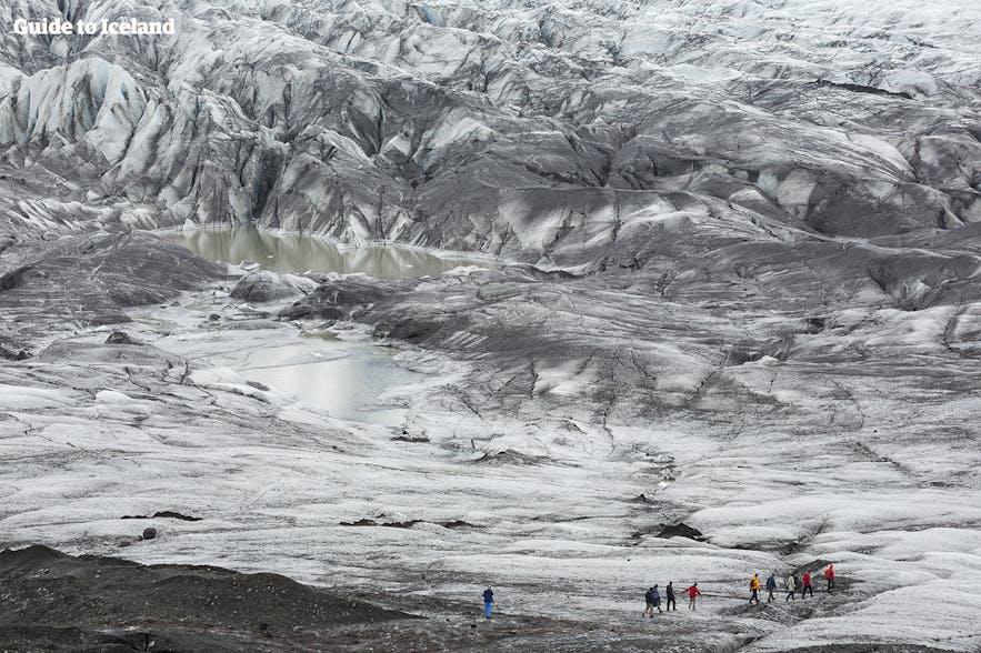 在冰岛参加冰川徒步,体验星际穿越