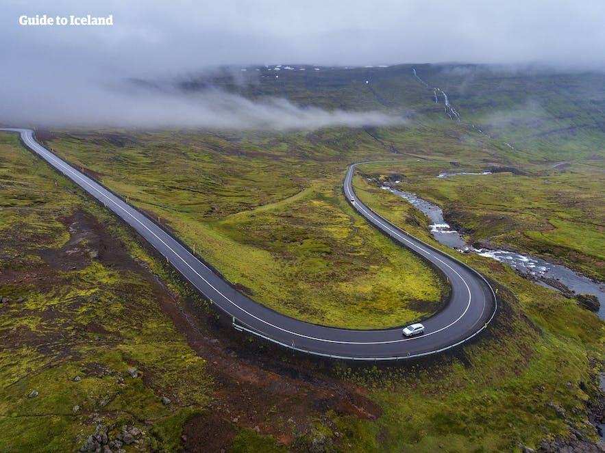 一号公路在冰岛东部地区虽峡湾一同蜿蜒,是感受白日梦想家滑板公路行的好地点