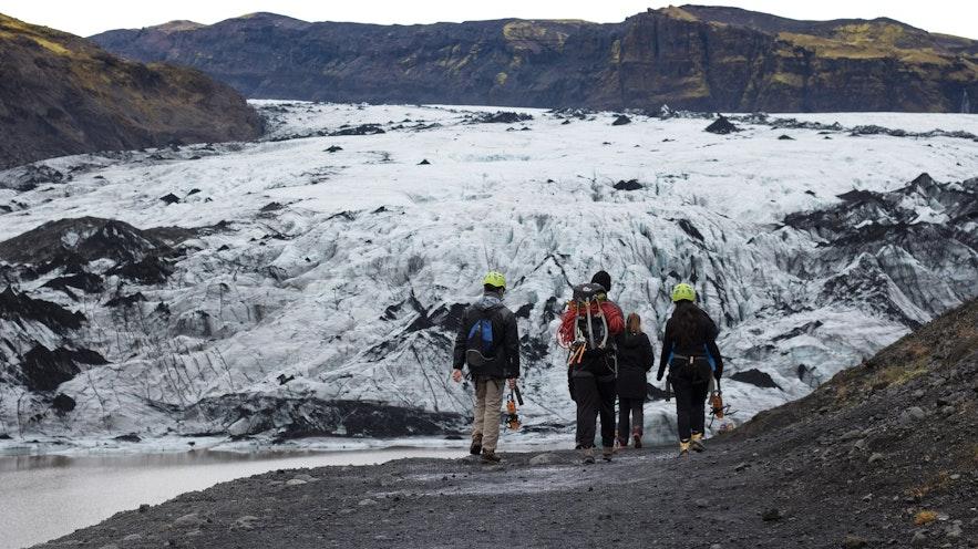 Zicht op de Sólheimajökull-gletsjer tijdens de wandeling ernaartoe