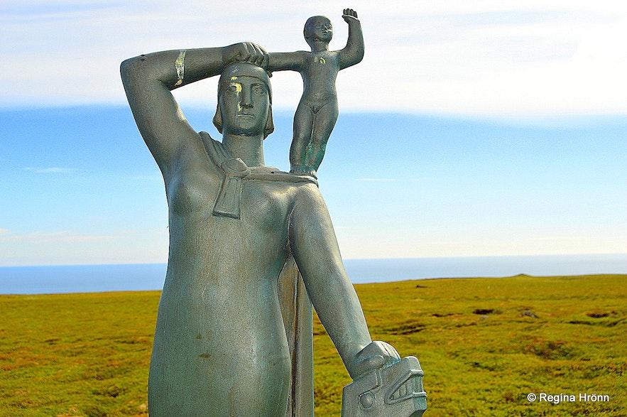 The statue of Guðríður Þorbjarnardóttir and her son Snorri at Laugarbrekka