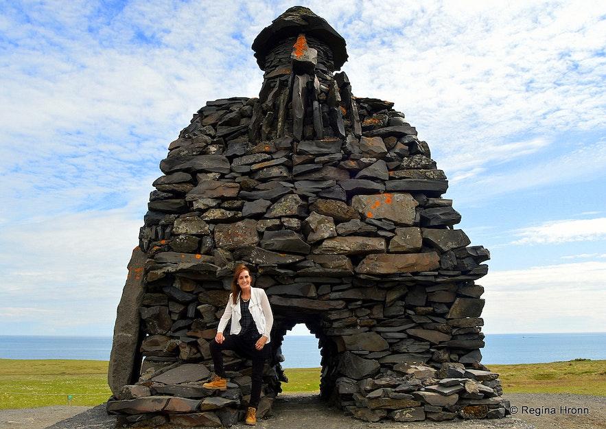 Regína by the statue of Bárður Snæfellsás statue Snæfellsnes