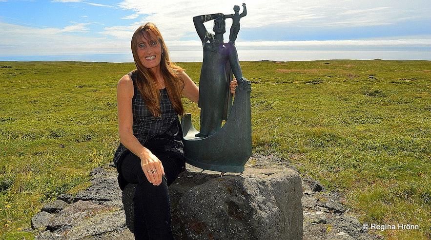 Regína by the statue of Guðríður Þorbjarnardóttir and her son Snorri