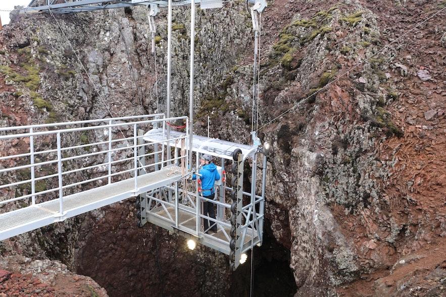 進入冰島火山內部的升降機