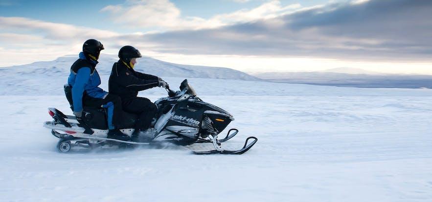 Jazda skuterami śnieżnymi to niesamowita aktywność dla dużych grup na Islandii.