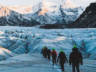 在欧洲最大冰川进行冰川徒步,领略冰岛冰川的壮美。
