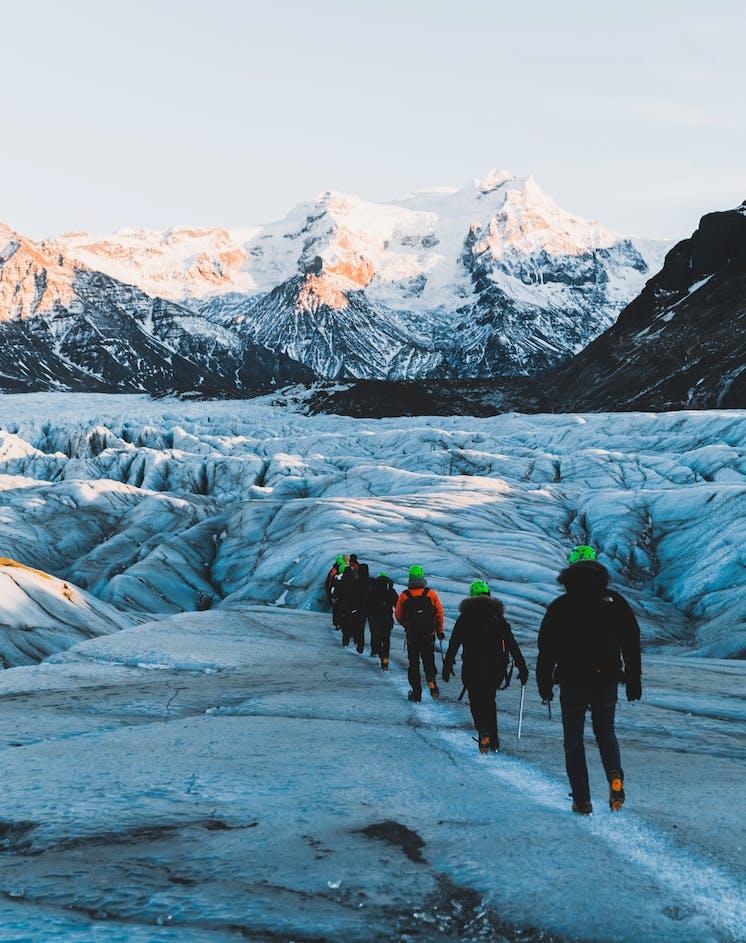 Eine Wanderung über Europas größten Gletscher vor einer atemberaubenden Berglandschaft.