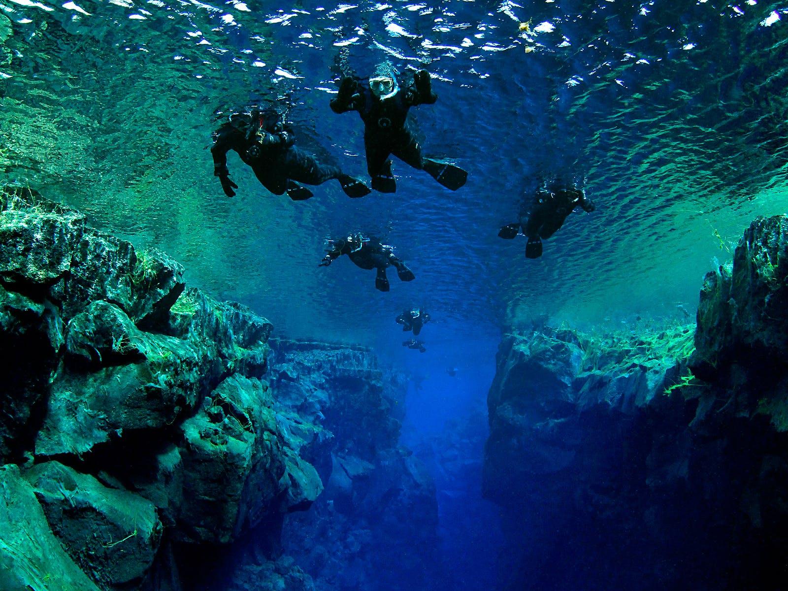 Snorkeling pomiędzy dwoma kontynentami w wąwozie Silfra w Parku Narodowym Thingvellir.