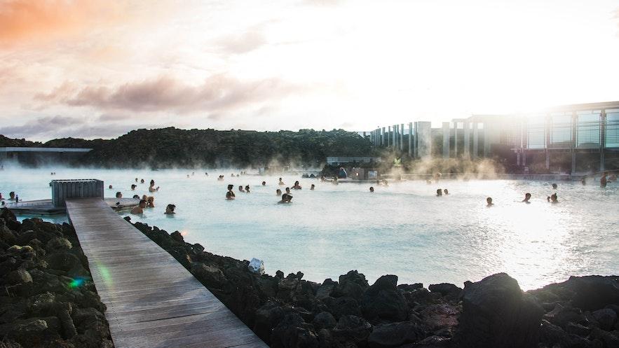 蓝湖温泉富含矿物质,能够有效改善皮肤状况