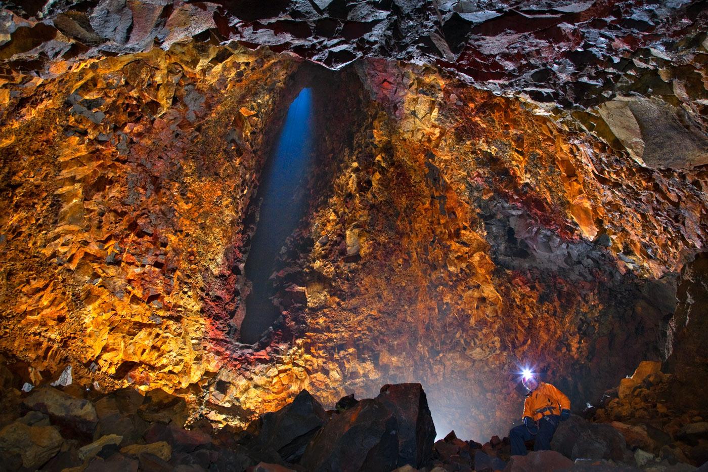 スリーフヌカギグル火山内部はとてもカラフルに色付いている