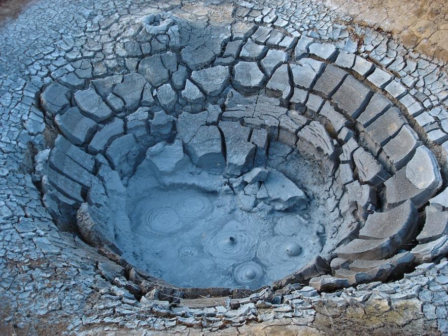 자연온천의 진흙탕도 위험할 수 있다.