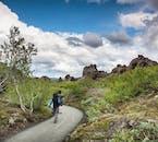 Cammina attraverso il labirinto di Dimmuborgir durante il tuo tour a Mývatn.