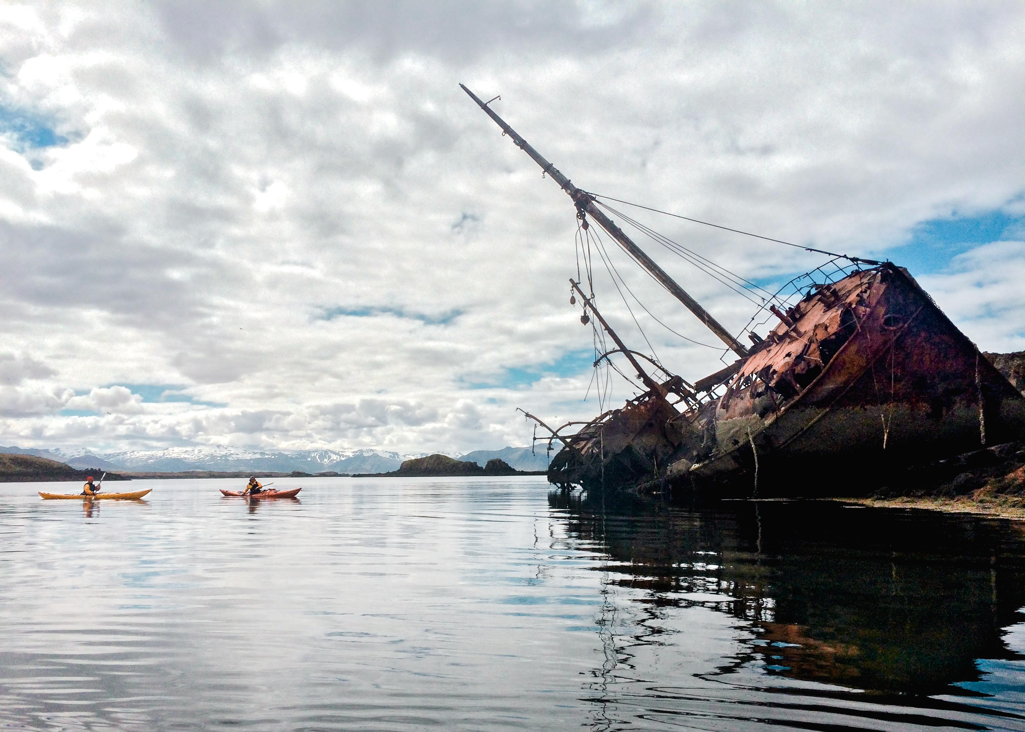 ブレイザフィヨルズル湾の島に残る壊れたトロール船