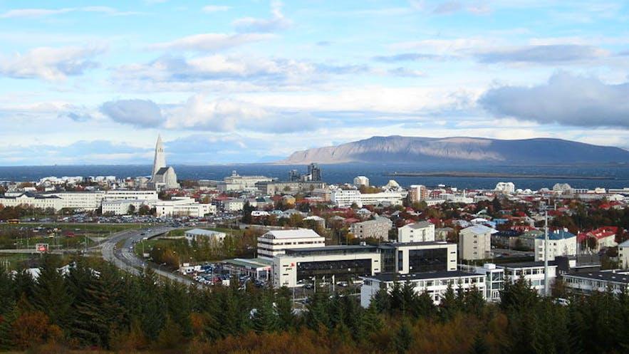 从Öskjuhlíð山上可以俯瞰雷克雅未克和远处的海湾