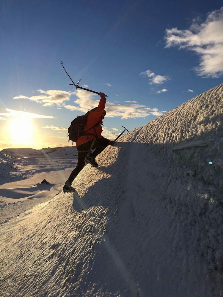 Votre randonnée glaciaire pourrait également inclure une place d'escalade avec des piolets.