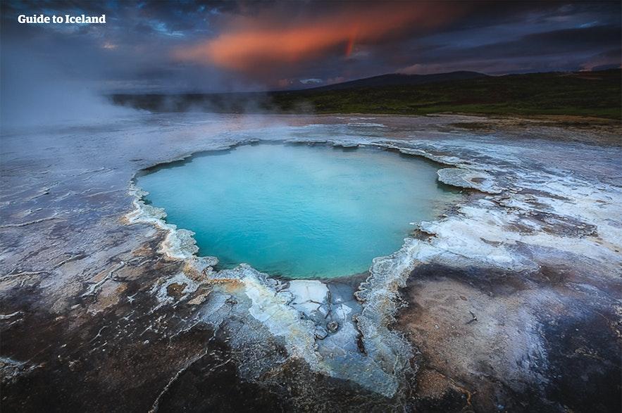 De warme bron Bláhver in het geothermische gebied Hveravellir