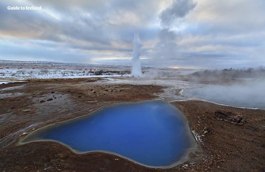 De varme kilder i det geotermiske område Geysir er for varme til, at man kan gå ud i dem!