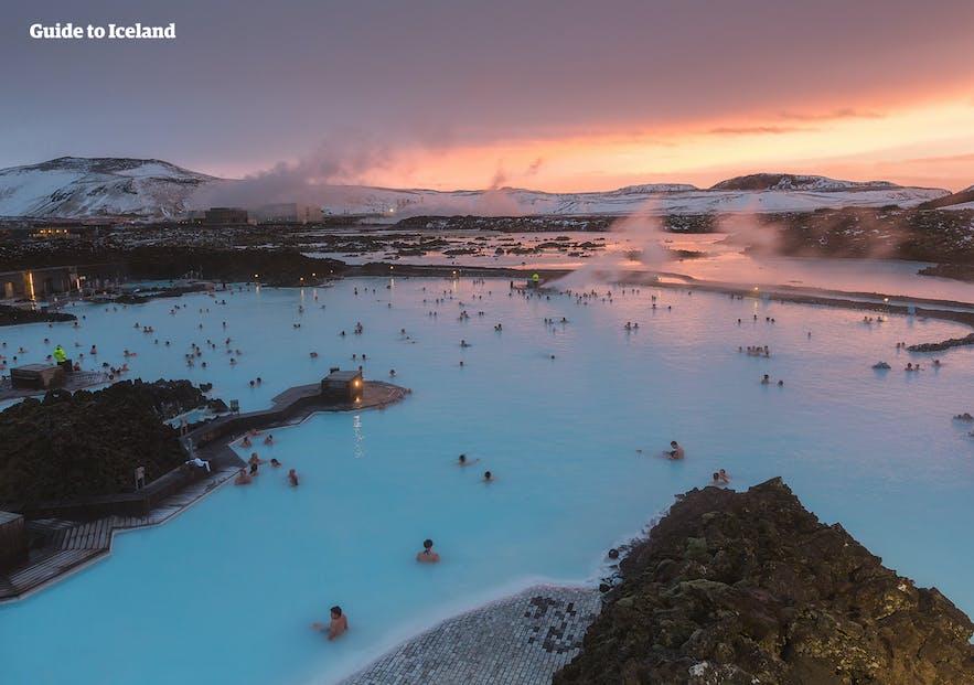 冰岛的蓝湖温泉沐浴在日落时分