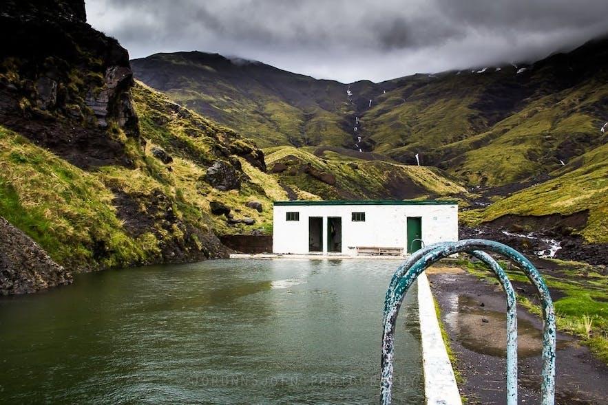 冰岛秘密温泉Seljavallalaug的夏季景色