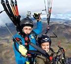 Admirez les paysages islandais à vol d'oiseau en faisant un tour en parapente.