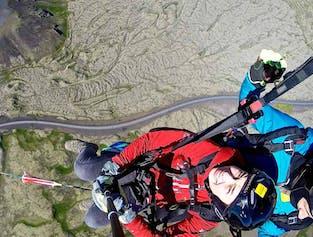 アイスランドの自然を空から満喫するパラグライダー体験