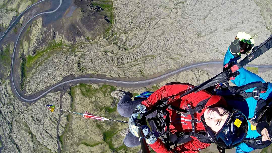 Une vue fantastique sur le paysage islandais lors d'une visite en parapente.