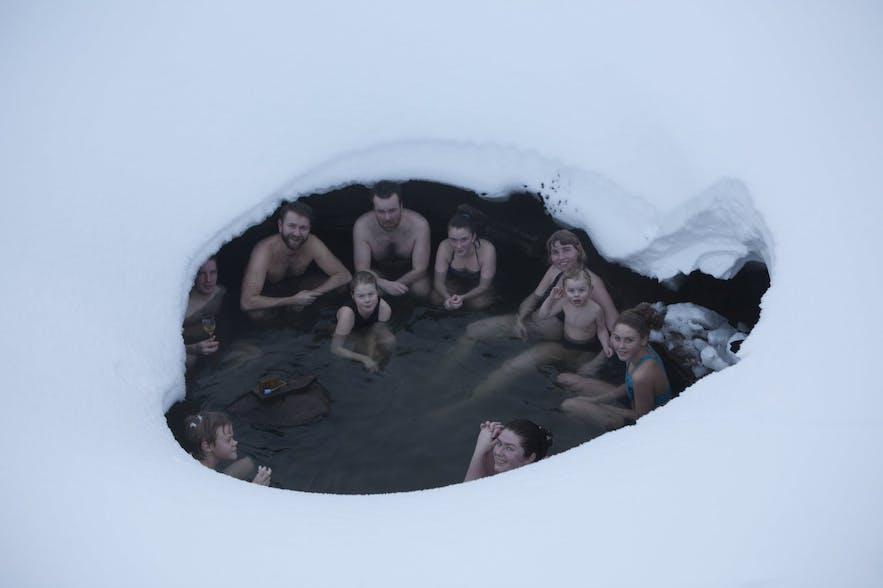 Kąpiel w gorących źródłach na Islandii, w trakcie zimy.