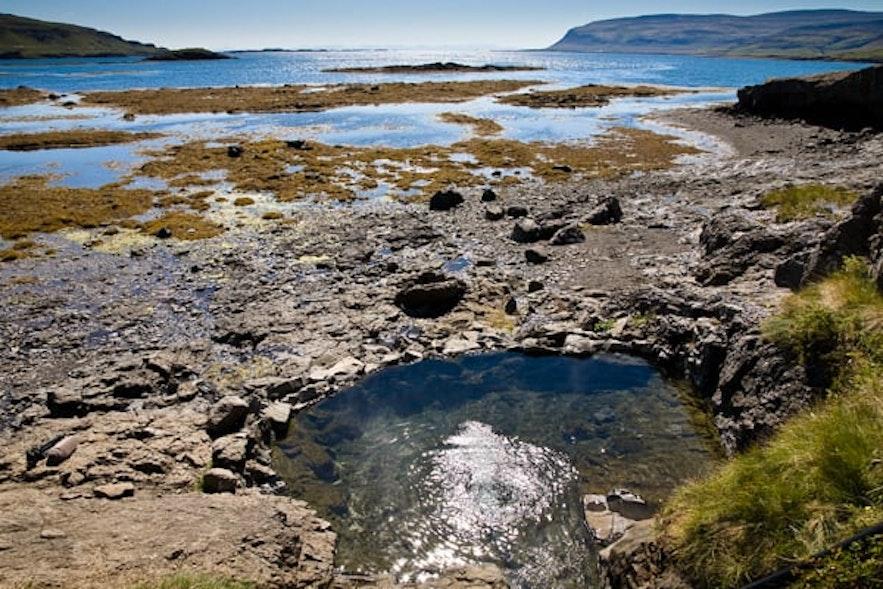 De warme bron van Hellulaug in de Westfjorden van IJsland