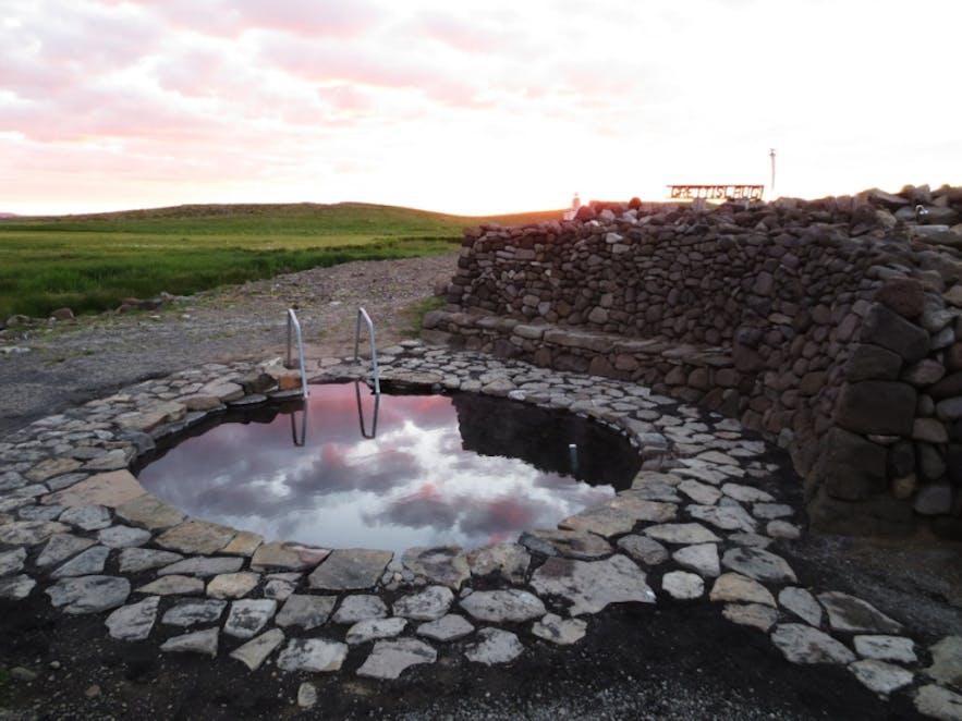 Grettislaug is een populaire warme bron in Noord-IJsland, genoemd naar de Viking Grettir de Sterke