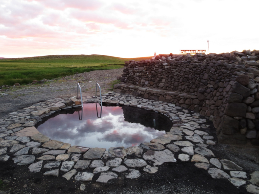 Niewielki basen geotermalny na Islandii.
