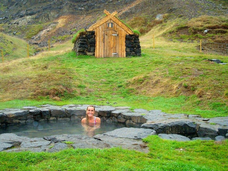 Отдых в историческом горячем источнике Гудрунарлейг в западной Исландии.