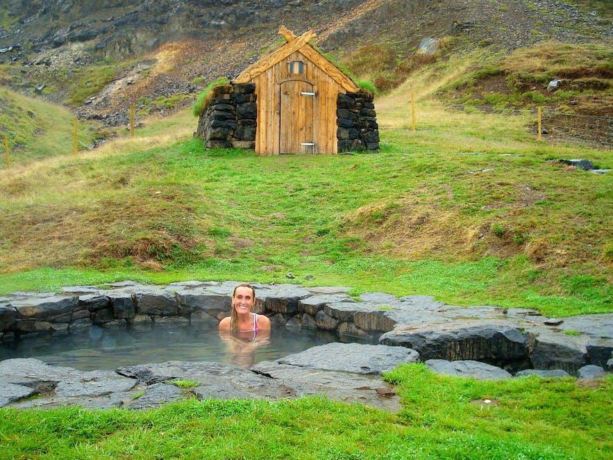 Koppla av i en historisk varm källa på västra Island, Guðrúnarlaug