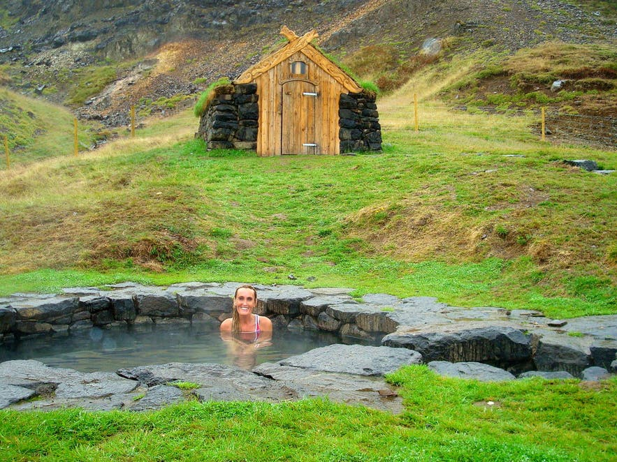 Détente dans une source thermale historique de l'ouest de l'Islande,Gudrunarlaug