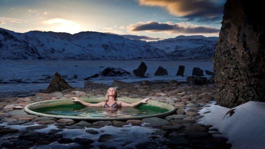 Горячие ванны Хоффедль на востоке Исландии окружены великолепными пейзажами.