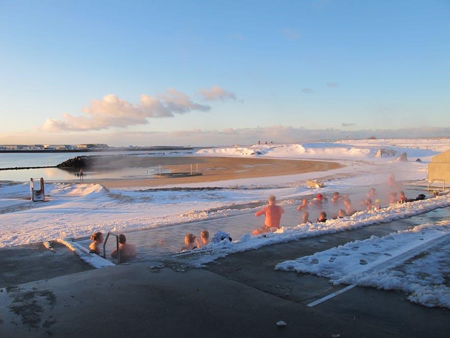 Van het geothermische strand van Nauthólsvík in Reykjavík kun je het hele jaar genieten!
