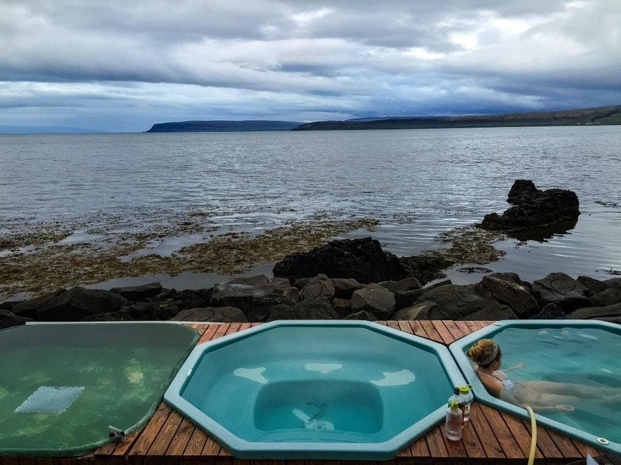 Badestampene ved sjøen i den lille byen Drangsnes har ingen inngangsavgift