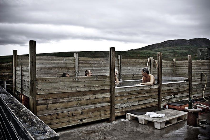 Le bain à remous géothermique d'Ostakarid est populaire auprès des habitants de Húsavik au nord de l'Islande